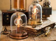 Avec des cloches en verre, vous pouvez créer votre cabinet de curiosité, mettre en valeur un objet qui vous est cher ou... vous éclairer. C'est ce que propos
