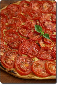 Tarte fine aux tomates, moutarde et origan www. Veggie Recipes, Vegetarian Recipes, Cooking Recipes, Healthy Recipes, Quiches, Easy Diner, Non Plus Ultra, Low Sugar Recipes, How Sweet Eats