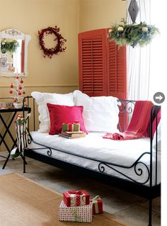 I have this Ikea daybed in my guest room, so pretty