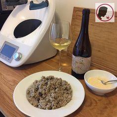 Hoy hemos cocinado risotto y uno de los ingredientes ha sido vino blanco. Al cocinar con vino es bueno recordar algunos puntos: 1. Utiliza buen vino. No eches algo que no te beberías. Es difícil cosinar algo bueno si utilizas malos ingredientes. 2. El mejor vino para maridar el plato será el mismo que has utilizado para cocinar. 3. Generalmente la cantidad de vino que se usa al cocinar es pequeña por lo que no hay necesidad de comprar mal vino para cocinar y bueno para beber. La vida es muy…