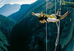 Se seu intuito não é só viajar, mas se aventurar e sentir a adrenalina subindo, se joga! O mundo é repleto de lugares que são excelentes para grandes e emocionantes saltos de bungee jump, com direito a paisagens incríveis ao redor. Selecionamos os 10 maiores bungee jumps do mundo, a serem feitos por um equipamento preso em objetos fixos, como pontes, barragens e outros. Um deles serviu até para uma cena com Bond, James Bond. Em outro, é possível ter uma vista para os Alpes da Áustria. Ou…