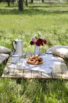 breakfast in the meadow.Such a great idea, why did I never think of going for a picnic in the park for our Sunday Brunch? Good Idea for our next sunday brunch. Picnic Set, Picnic Time, Summer Picnic, Picnic Ideas, Country Picnic, Garden Picnic, Picnic Tables, Picnic Park, Backyard Picnic