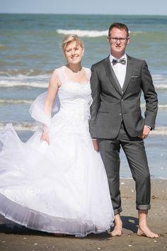 Jeremie en costume sur mesure gris anthracite en fil à fil et le gilet contrasté gris. Sur la plage  #wedding #mariage