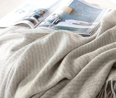 399 Kč Trávit večer na pohovce pěkně zachumlaný do plédu je dvakrát příjemnější! Především pokud je pléd tak měkký a přilnavý jako tento. Přehoz je vyroben z dvoubarevně tkaného materiálu a na krátkých stranách opatřen třásněmi.