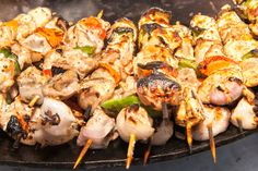 Chicken shish kebab with onion and pepper. Chicken shish kebab with onion and pa , Shish Kebab, Greek Dishes, Party Buffet, Ground Chicken, Kabobs, Mediterranean Recipes, Fresh Herbs, The Fresh, Onion
