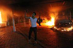 Septiembre 12 de 2012 - Un hombre armado agita su rifle frente al consulado estadounidense en llamas en Bengasi (Libia). (AFP/VANGUARDIA LIBERAL)