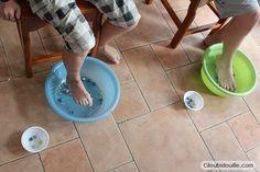 Le jeu des billes :  Super simple à mettre en place. On dépose plein de billes dans deux bassines, on fait s'assoir deux participants et on leur laisse une minute pour transvaser autant de billes que possible dans un petit bol à côté, juste avec la pince de leurs orteils… Le gagnant est celui qui en a récupérés le plus !