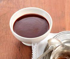 Bratensauce mit Rotwein ist eine klassische Saucen-Variante für alle Fleischsorten. Test Test, Tableware, Food, Red Wine, Meat, Food Food, Rezepte, Dinnerware, Dishes
