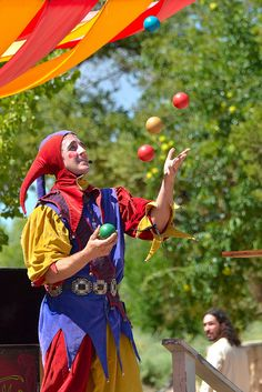 Juggler Santa Fe Renaissance Fair at El Rancho de las Golondrinas. Circo Vintage, Art Vintage, Renaissance Time, Jester Costume, Medieval Fair, Court Jester, Europe Packing, Traveling Europe, Backpacking Europe