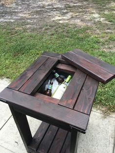 outdoor cooler table cool tables, outdoor end tables, patio tables, diy pallet projects Outdoor End Tables, Diy End Tables, Cool Tables, Diy Table, Outdoor Decor, Patio Tables, Wooden Pallet Furniture, Wooden Pallets, Table Furniture