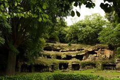 まんだら堂やぐら群は鎌倉市と逗子市の間。名越切通内に位置します。昔の大霊園といったところでしょうか。