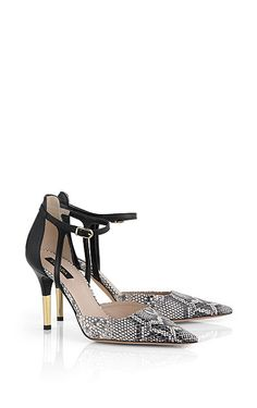 Exclusive pump from ESCADA with a stunning python print and sophisticated strap closure. The pointed toe and high stiletto heel lend the shoe a particularly feminine note. A chic accessory for a stylish outfit.##Python print|Strap closure|Stiletto heel|Heel height: 9 cm