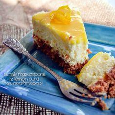 Przepis na sernik na zimno z mascarpone i lemon curd, na spodzie z migdałowych ciasteczek. Bardzo kwaśny, bardzo słodki, bardzo smaczny! :)