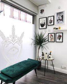 Home Beauty Salon, Beauty Salon Decor, Beauty Room, Beauty Art, Salon Waiting Area, Nail Salon Decor, Home Nail Salon, Salon Reception Area, Tattoo Studio Interior