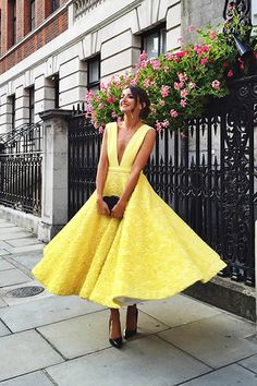 Invitada a boda: amarillo y complementos negros*. 100 mejores looks http://stylelovely.com/galeria/lovely-pepa-100-mejores-looks/