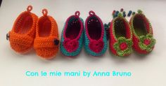Con le mie mani by Anna Bruno: Tutorial Scarpine Baby Crochet (Use a translator) Knitting For Kids, Baby Knitting Patterns, Crochet Patterns, Love Crochet, Crochet For Kids, Baby Slippers, Crochet Baby Booties, Baby Boots, Crochet Videos