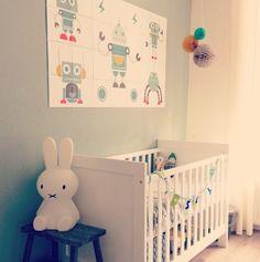 babykamer met robot poster en pompoms