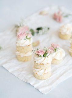 Mini Wedding Cakes, Wedding Desserts, Mini Desserts, Mini Cakes, Wedding Cake Pops, Tea Cakes, Pretty Cakes, Beautiful Cakes, Wedding Food Catering