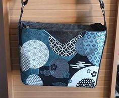 Sac Mambo noir et bleu à motifs japonais cousu par Chrys - Patron Sacôtin