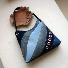 džíska modrá duha Kabelka ze středně modré patinované recydžínoviny, ozdobená na předním díle kompozicí v odstínech modré s řadou kovových kroužků podložených červenou džínovinou. Dalším zdobným prvkem je zajímavě řešené ucho z modrého popruhu provlečené kovovými kroužky. Kabelka je podlepená ronopastem, dno speciálním silným lepením, takže krásně ...