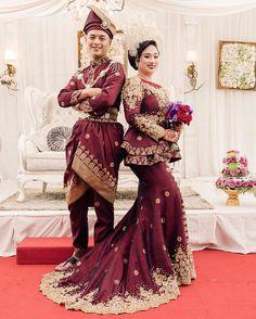 Hanan & Yati rocking their custom made maroon and gold songket ! Custom made outfit designed by : Muslimah Wedding Dress, Hijab Wedding Dresses, Dream Wedding Dresses, Wedding Wear, Wedding Attire, Ethnic Outfits, Boho Outfits, Malay Wedding Dress, Batik Fashion