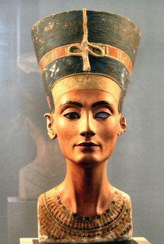 Tysklands besittelse av skattene fra Nefertitis grav er årsaken til en lang konflikt mellom Tyskland og Egypt, som krever skat¬ten tilbakelevert til sitt opprinnelsesland. Nå arrangerer Museet Neues i Berlin en utstilling i forbindelse med 100 års dagen for gravfunnet.