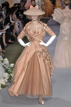 John Galliano for Christian Dior Fall Winter 2007 - Haute Couture collection Christian Dior Couture, Haute Couture Fashion, John Galliano, Galliano Dior, Dior Fashion, Runway Fashion, Fashion Show, Fashion Design, French Fashion
