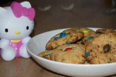 Ma copine Cloclo, elle fait les meilleurs cookies aux m&m's du monde et comme elle n'est pas radine elle a accepté que je partage sa recette avec vous alors régalez vous... Ingrédients pour une vingtaine de cookies: 250g de farine 125g de beurre salé...