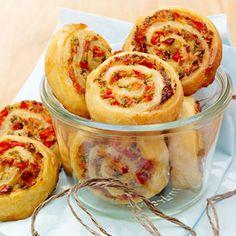 Pikante Schinken-Paprikaschnecken  - diese Blätterteigschnecken sind gut zu transportieren und beim Essen tropft garantiert nix.                                                                                                                                                     Mehr