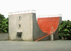 Basé à Francfort, Frank Kunert est à la fois architecte, maître d'œuvre, model maker et photographe. Il développe un monde satirique, décalé qui ne laisse pas indifférent