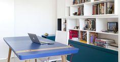 Um escritório simples que se transforma com a mesa colorida. Projeto de Stuchi e…