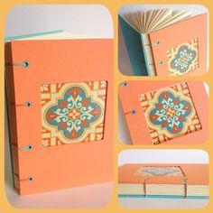 Caderno Azulejo Caderno com costura copta (aparente) em duas cores, com acabamento em ilhós. Capa em tecido nacional com detalhe de janela (azulejo em papel). Miolo em papel polén pautado 90g e papel vergê berilo 80g. 80 folhas.
