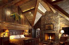 Dieses rustikale Schlafzimmer verfügt über einen riesigen Diamanten-Ecke mit Beleuchtung, flankiert von den Gewölbedecken und Holzbalken. Foto von JLF & Associates, Inc.