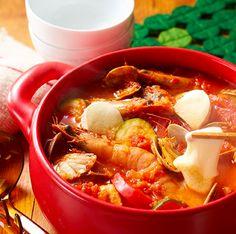 寒い日が続き、みんなでわいわいぽかぽかと楽しめるお鍋が嬉しい季節になってきましたね。お鍋というと和食やアジア料理のイメージが強いのですが、最近はワイン鍋、オイル鍋など洋風のみんなで囲めるお鍋も注目を浴びています。