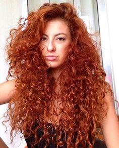 Cachos + volume + tinta vermelha = poder. | 17 provas de que todo cabelo fica incrível ruivo