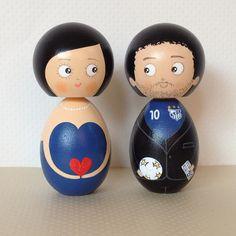 Azul do time, bola e caixa de bis branco na mão! Noivinhos Juliana e Theo! By Nanda Teixeira #topodebolo #noivinhos #nandarte #nandateixeira #vintage #casamento #noivinhosdemadeira | por nanda.casamento