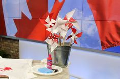 White and red colors, national symbols and creative craft ideas help bring the Canada Day spirit into Canadian homes and design unique and beautiful holiday table decorations and centerpieces Red Party Decorations, Patriotic Decorations, Table Decorations, Table Centerpieces, Canada Day Party, Canada Day Crafts, Bathroom Designs Images, Canada Holiday, Paper Flowers Craft