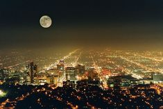 A lua sobre Salt Lake City, Utah e as luzes abaixo
