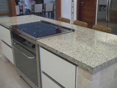 Granito Branco Dallas: Preço, Mancha? Veja Fotos! Granito Dallas, Kitchen Island, Kitchen Cabinets, Sweet Home, Casa Clean, Home Decor, 1, Kitchen Sinks, Timber Kitchen