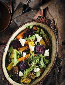 Salaatti linsseistä, paahdetuista juureksista ja vuohenjuustosta
