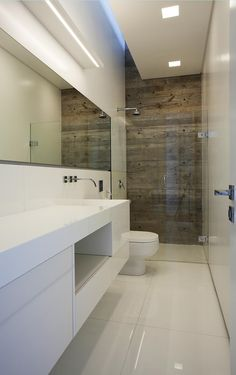 Casa LM / Marcos Bertoldi Arquitetos #banheiro #bathroom #wall #white #lighting