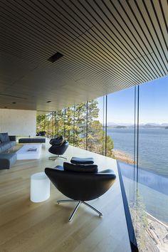 Casa à beira de um penhasco com vista para o oceano