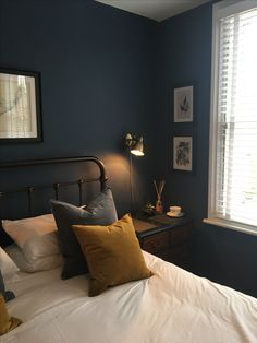Red Rooms: 60 decorating projects to inspire - Home Fashion Trend Dark Blue Bedroom Walls, Bedroom Wall Colors, Bedroom Green, Bedroom Black, Home Decor Bedroom, Dark Blue Walls, Bedroom Furniture, Dark Green Wall, Olive Bedroom