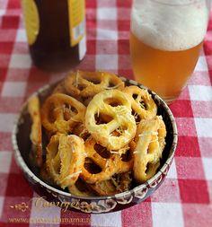covrigi, reteta de covrigi cu cascaval 2 Romanian Food, Romanian Recipes, No Cook Desserts, Antipasto, Different Recipes, Baby Food Recipes, Apple Pie, Delish, Bakery