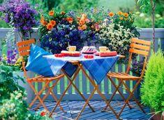 Tomar desayuno en la terraza es uno de los placeres del verano. Estos juegos caben hasta en los balcones mas pequeños y las flores..tambien!