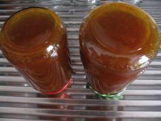 Marmellata di pesche noci e una mela rossa