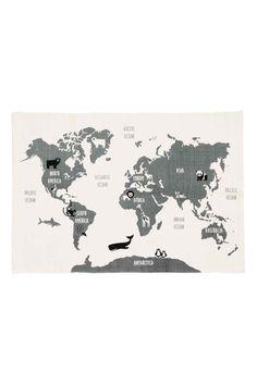 Een rechthoekig vloerkleed van katoen met een geprinte wereldkaart op de bovenkant en een antisliplaag aan de onderkant.