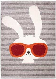 Voici Clyde, l'acolyte de Bonnie ! Cet adorable lapin trouvera facilement une place dans la chambre de vos enfants. Des aventures incroyables les attendent avec leur nouvel ami CLyde. L'extrême douceur dece tapis enfantdonnera envie à votre loupiot de s'y installer confortablement ! Dimensions: 120 x 170 cm  Vous pouvez l'assortir avec le tapis enfant Lapin Bonnie.