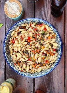 Nudelsalat mit Tapenade und schwarzen Oliven- picnic