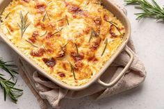 Helppo aura-lohilaatikko - simppeli arkiruoka Easy Potato Gratin Recipe, Potato Casserole, Casserole Dishes, White Cheddar Cheese, Grated Cheese, Cheesy Potatoes, Macaroni And Cheese, Stuffed Peppers, Cooking